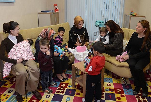Emine Erdoğan çocuk oyun alanını gezdi