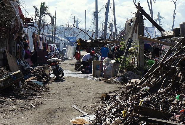 Filipinli afetzedeler gaz kuyruğunda