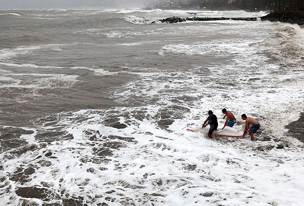 Dev dalgalarda kano yaptılar