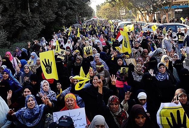 Darbe karşıtları sokaklara döküldü