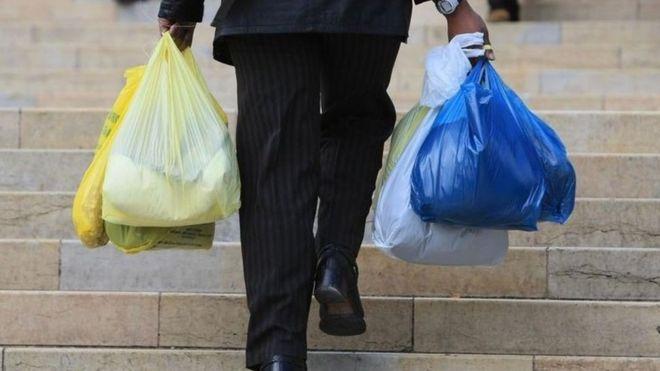 İngiltere plastik torba kullanımını nasıl azalttı?