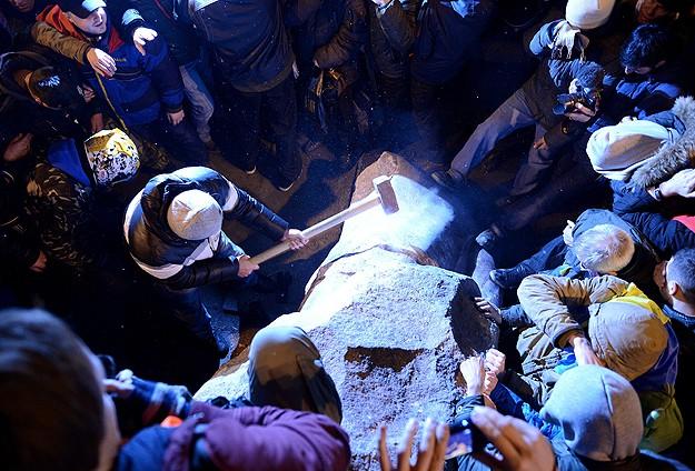 Göstericiler Lenin'in Heykeli'ni parçaladı
