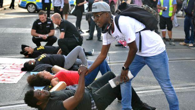 İngiltere'de siyah hakları göstericilerinden yol kapatma eylemi