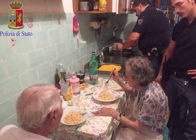 Yalnızlıktan ağlayan yaşlı çifte polis makarna yaptı
