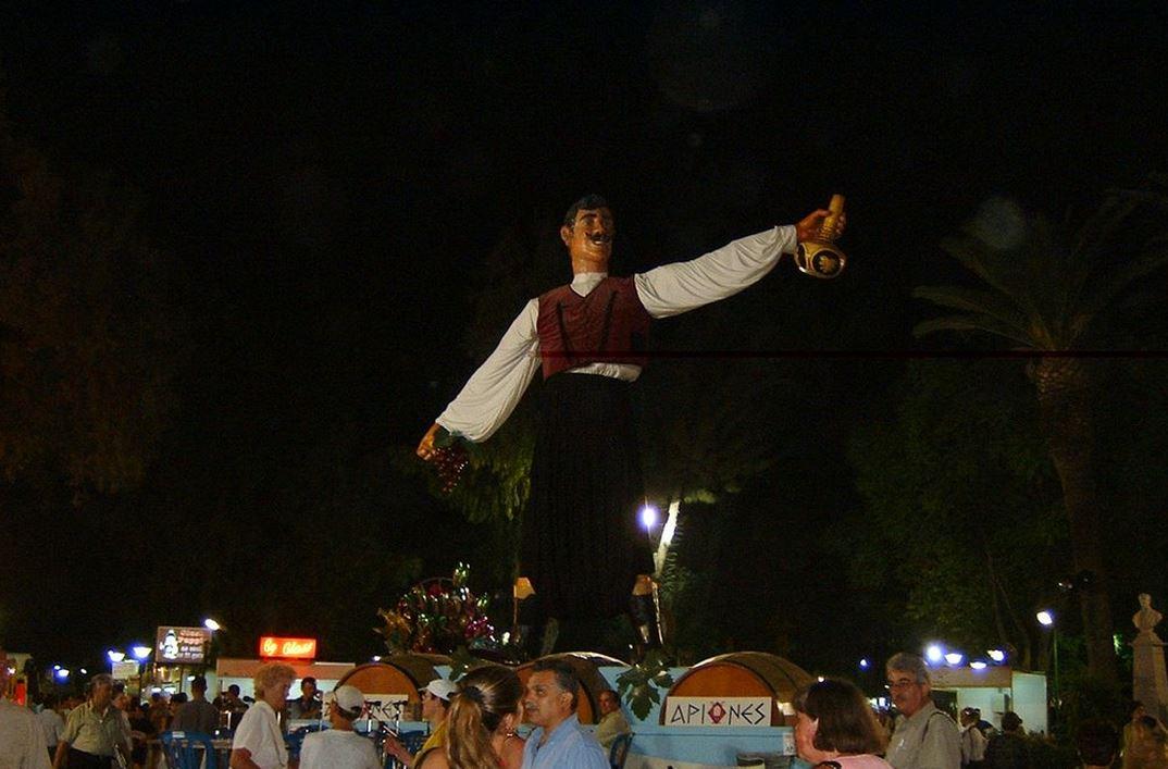 """Dizlikli Kıbrıslı figürü """"Şarap Festivali"""" Limasol'da"""