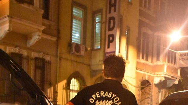 İstanbul'da HDP binası basıldı