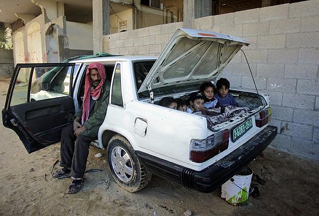 Gazzeli ailenin otomobildeki yaşam mücadelesi