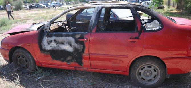 Arabayı ateşe verdi...