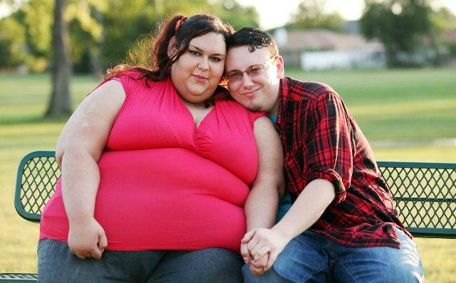 Sevgilisine kilo aldırmak için onu elleriyle besliyor