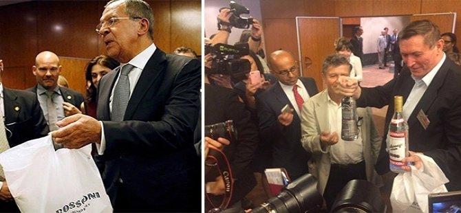 Lavrov'dan yorgun düşen gazetecilere votka ve pizza ikramı