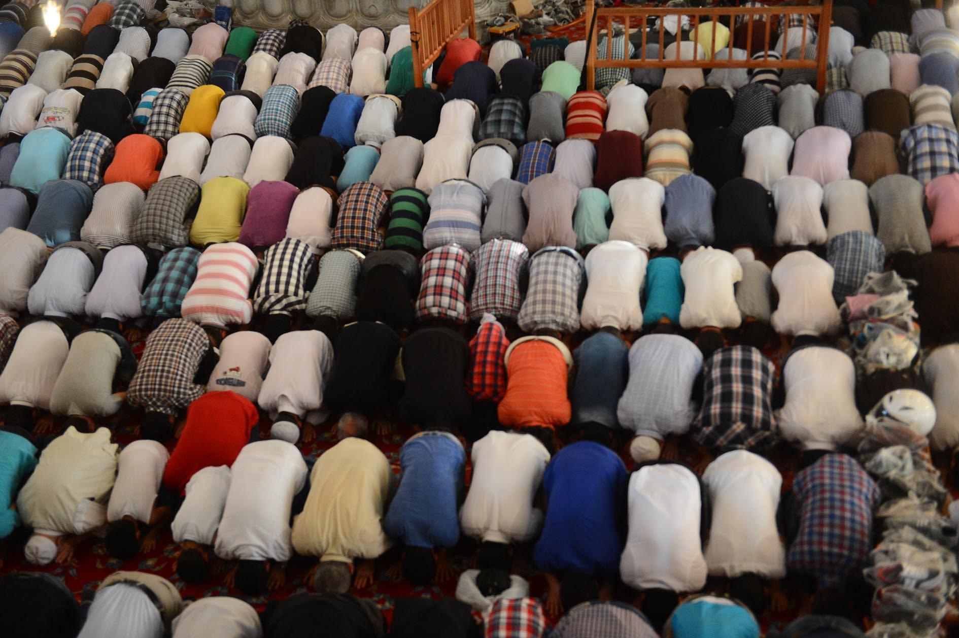 Güney Kıbrıs'ta yaşayan müslümanlar statta toplu bayram namazı kıldı