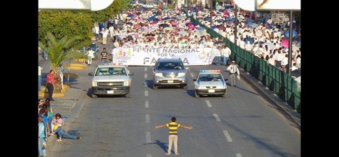 12 yaşındaki çocuk, 11 bin LGBT karşıtı protestocunun karşına tek başına çıktı