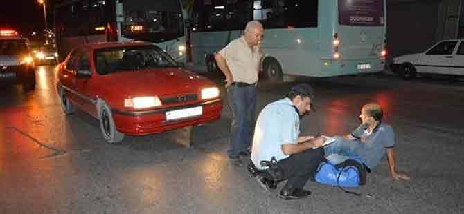 İstiklal Marşı çalınırken yol ortasında duran adama otomobil çarptı