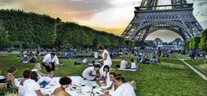 Terör saldırılarıyla sarsılan Paris için turizm kampanyası