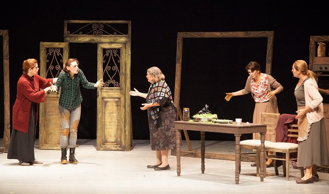 Ev, Kibris Tiyatro Festivali'nde sahnelendi