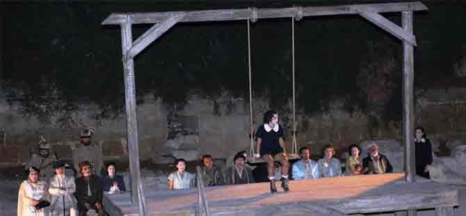 """İki toplumu sanat birleştirdi: """"Antigone"""" oynandı!"""