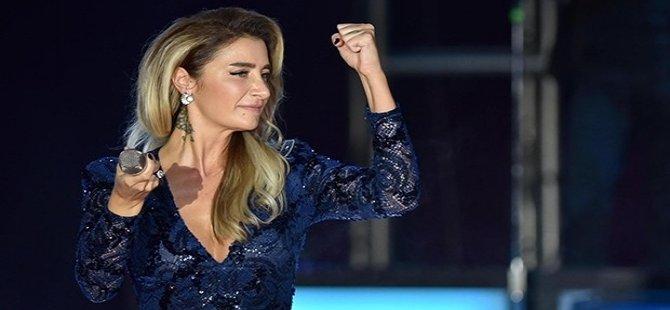 Konserleri iptal edilen Sıla, 1.5 ay aradan sonra İzmir'de sahne aldı
