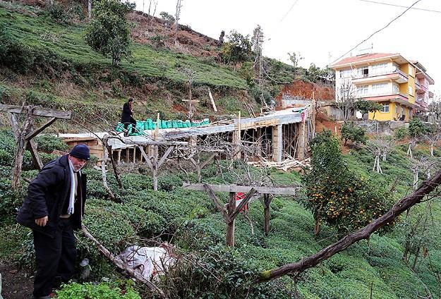 Evine ulaşmak için 68 metrelik köprü yaptı