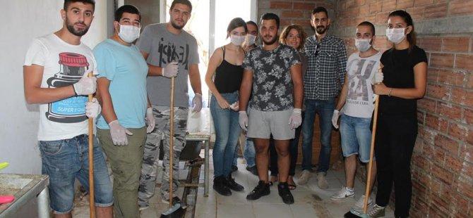 Gençler Lefkoşa'daki hayvan barınağını temizledi, besledi