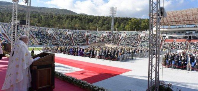 Papa, Gürcistan'da boş tribünlere seslendi