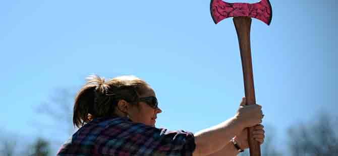 Amerikalı gençlerin yeni hobisi: Balta fırlatma