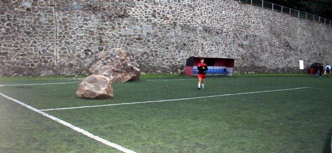 Maç öncesi sahaya kayalar yağdı!