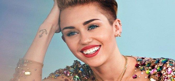 Miley Cyrus: İlk cinsel deneyimimi ortaokulda bir kız arkadaşımla yaşadım