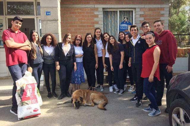 Yakın Doğu Koleji Öğrencileri Hayvan Barınağını Ziyaret Ederek Yiyecek Bağışında Bulundular.