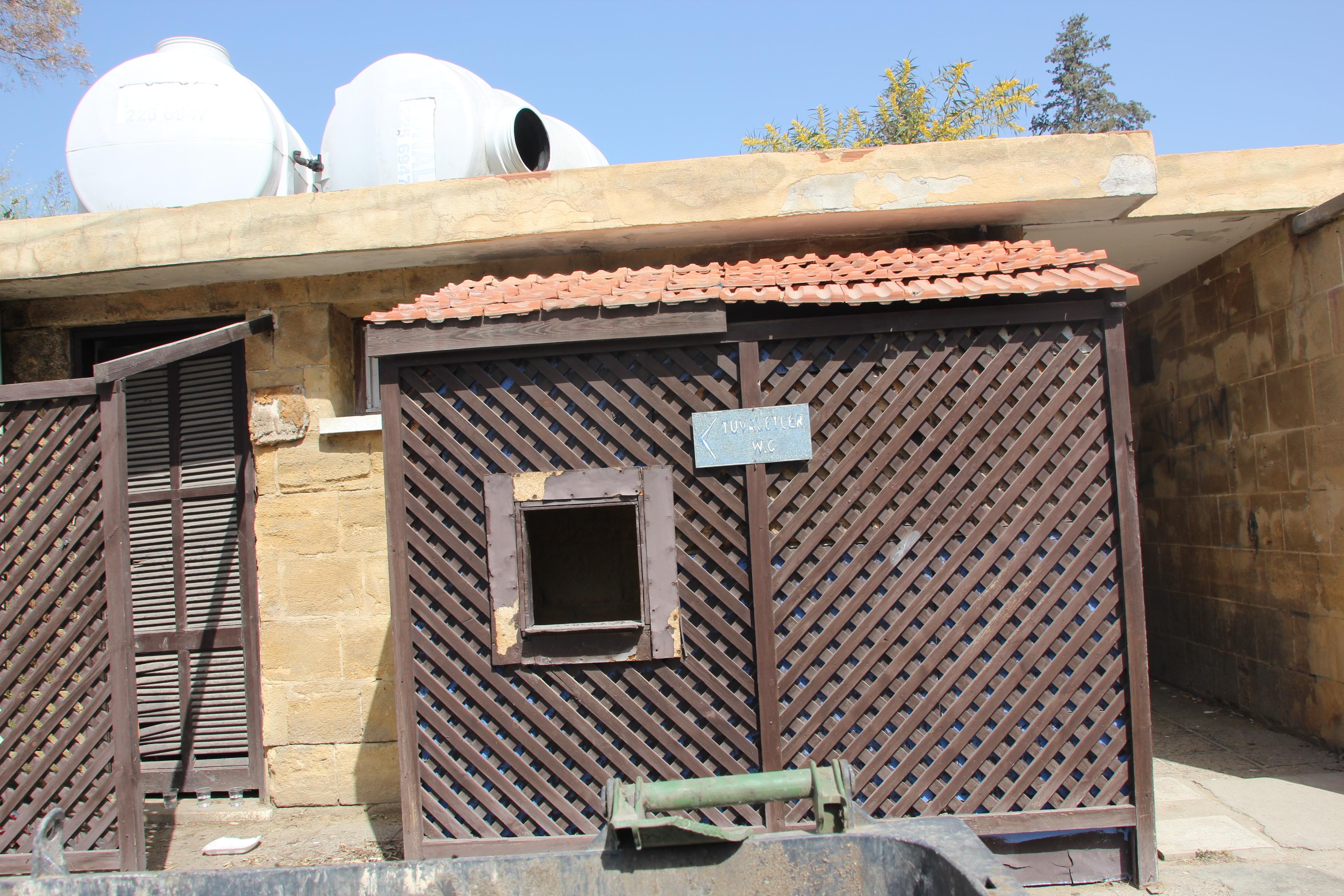 Lefkoşa'nın Göbeğinde Zincirli Tuvaletler