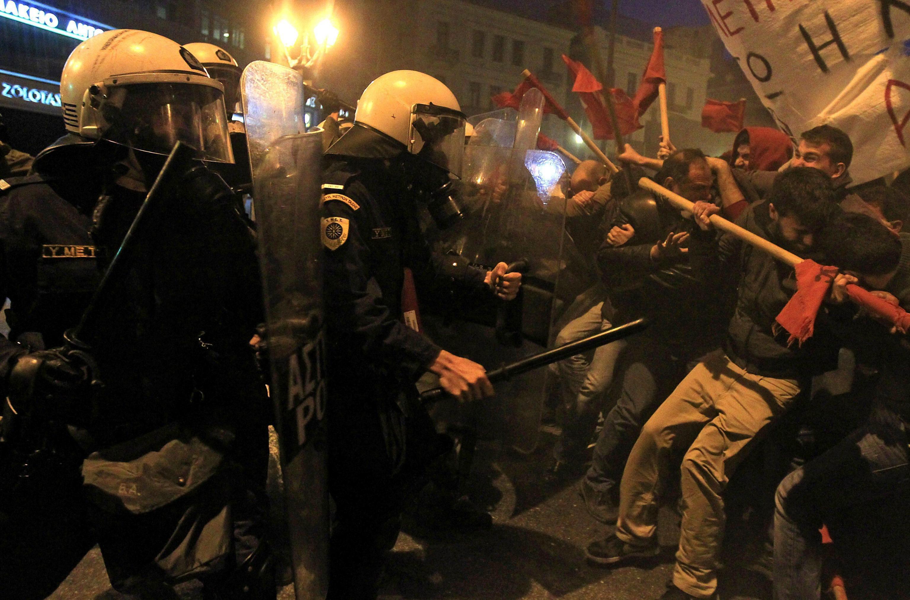 Atina'da eylemciler yasak dinlemedi