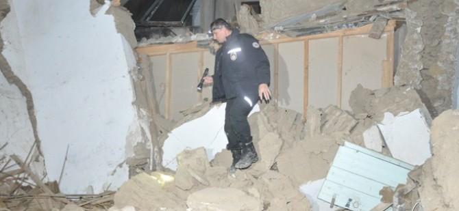 Surlariçi'nde ev çöktü!