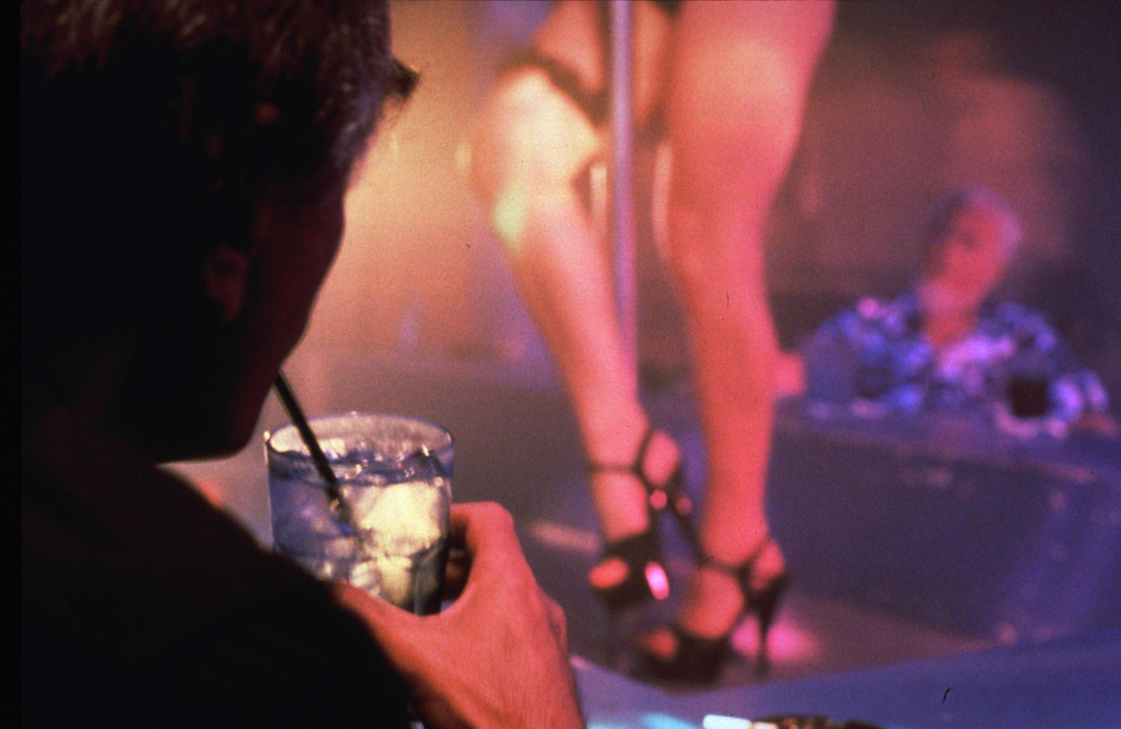 Striptizcilerden Kırım'a yevmiye bağışı