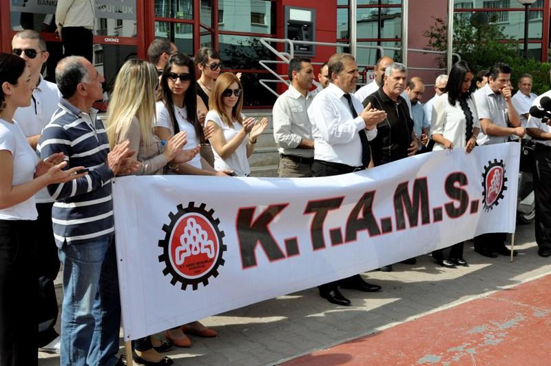 KTAMS Limasol Bankası'nın önünde eylem düzenledi