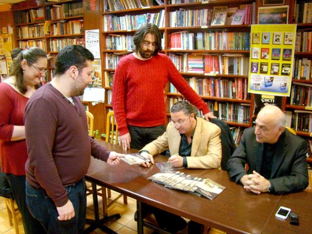 Hasan Çakmak İngiltere'de kitaplarını imzaladı