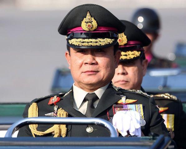 Tayland'da darbe liderine kral onayı