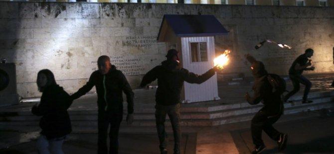 Yunanistan'da Memur ve Özel Sektör Çalışanları Meclisi Basıp Polise Molotoflarla Saldırdı