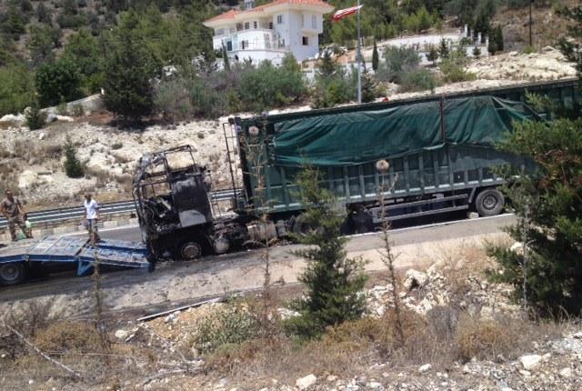 Girne Belediyesine ait çöp kamyonu yandı