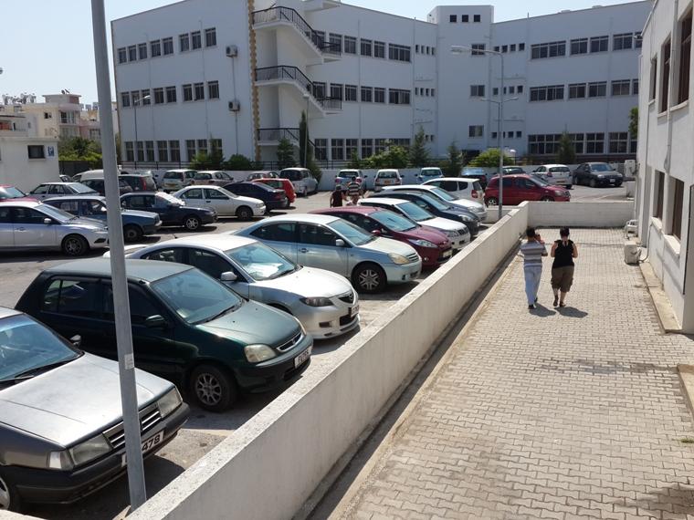 Girne Akçiçek Hastanesi'nin park yeri hasta ediyor