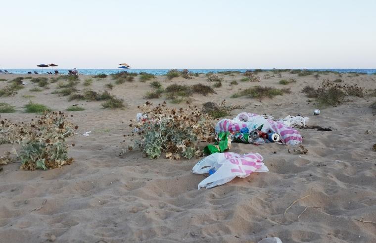 Altın Sahil'de çöpler uçuşuyor