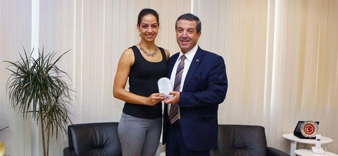 Dışişleri Bakanı Ertuğruloğlu, milli yüzücü Sevinç'i kabul etti