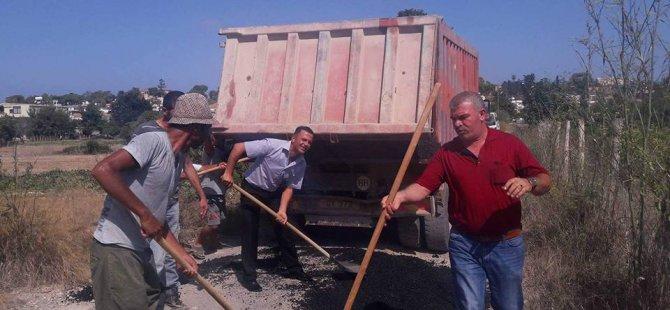 Dipkarpaz Belediye Başkanı küreği kaptı asfalt döktü!