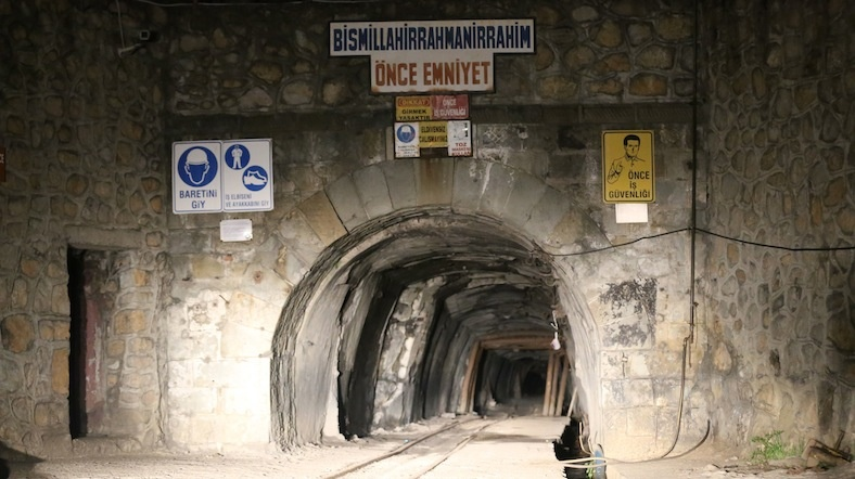 Gediz'de 700 madenci işten çıkarıldı