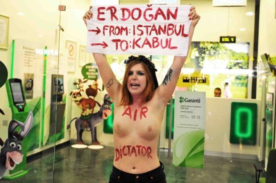 Erdoğan'a Çıplak Protesto