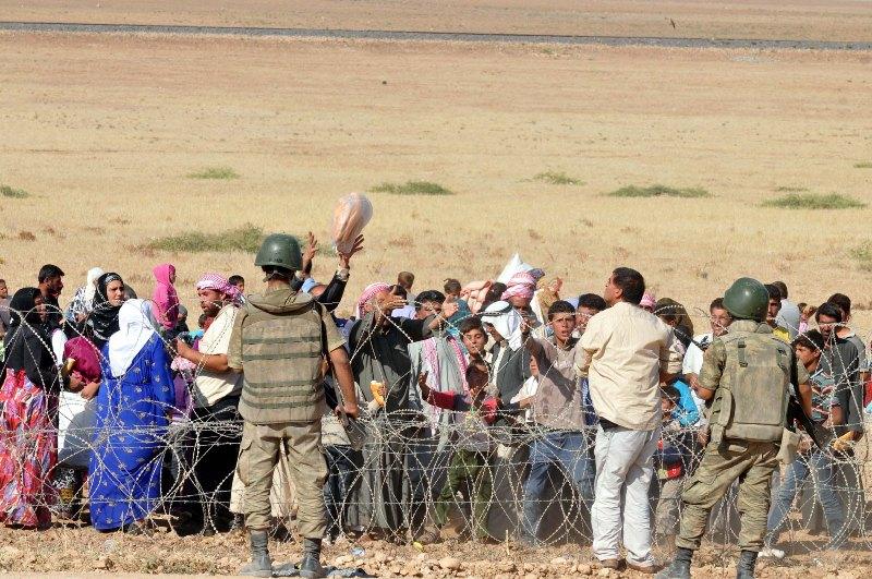 Suriyeli Kürtler Türkiye sınırına akın ediyor