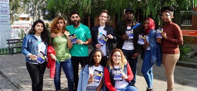 DAÜ öğrencileri trafikte cep telefonu kullanımının zararlarına dikkat çektiler