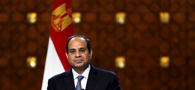 Mısır'da cuma günkü gösterilerden bu yana en az 300 kişi gözaltına alındı.