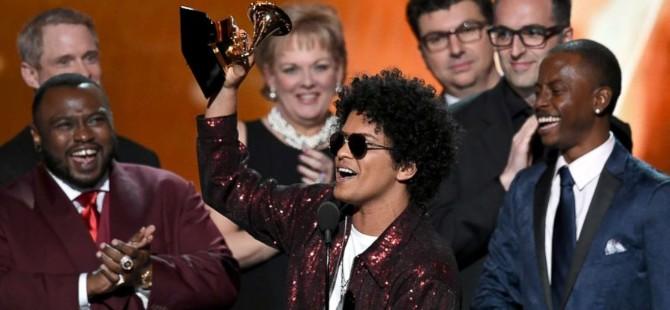 Grammy ödül törenine Bruno Mars ve beyaz güller damga vurdu