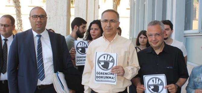 DAÜ-SEN, haklarında dava açılan üniversite öğrencilerine mahkeme önünde destek belirtti