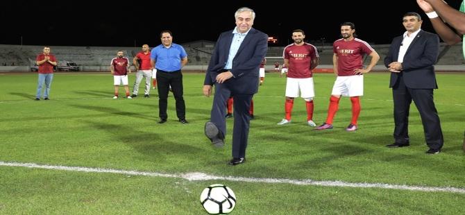 Akıncı yıldız oyuncuların sahaya çıktığı futbol maçının başlama vuruşunu yaptı