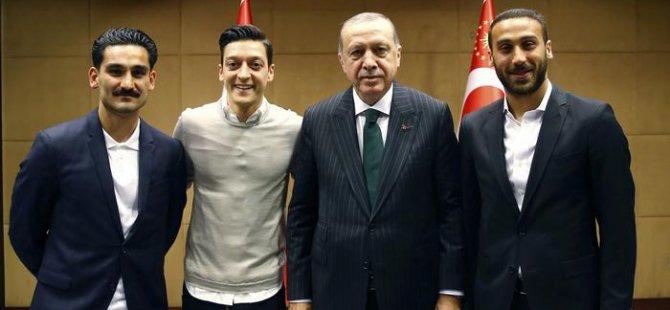 Özil ve Gündoğan'a Alman taraftarın tepkisi sürüyor